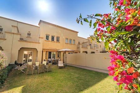 4 bedroom villa 8 min from Beach perfect for 12pax