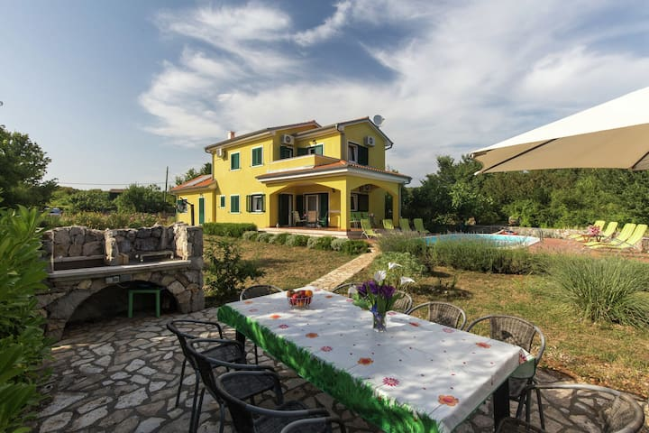 Delightful holiday villa with private pool, fenced garden and outdoor kitchen !