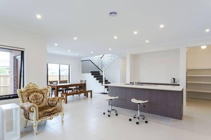 全新双层现代别墅的双人床房出租,免费WIFI,可自己煮食,步行10多分钟到巴士站,城铁站和购物中心 - Williams Landing - Villa