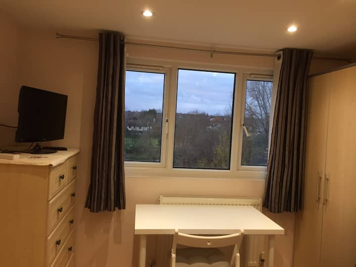 Cosy family room with a view. 30min tube Oxford St
