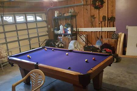 Spacious home with pool table - Charlotte