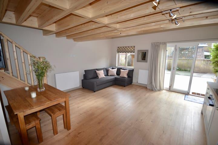 Outstanding 2 bedroom Cottage