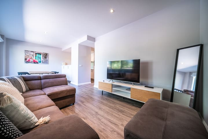 Clean and tidy contemporary 1BR plus sofa bed