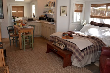 Winterwarm Cottage, a minifarm stay - Fallbrook - Hus