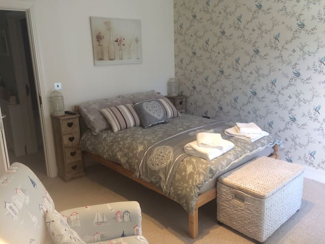 Double bedroom, near Chesil beach - Portland - Casa