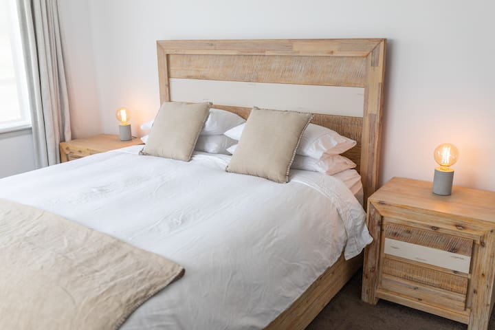 Comfy king sized bed with quality linen, feather duvet and pillows