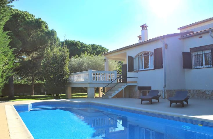 Villa with large garden near the sea (S'Agaro) . - Sant Feliu de Guíxols - House