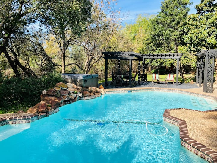Botanical & Wildlife Paradise w/POOL & HOT TUB!