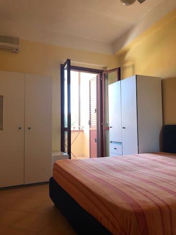 camera da letto matrimoniale con due armadi e ripostiglio per valigie posta al primo piano