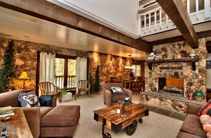 """LAKEFRONT Cabin in The Poconos! """"Hideout"""" Access!"""