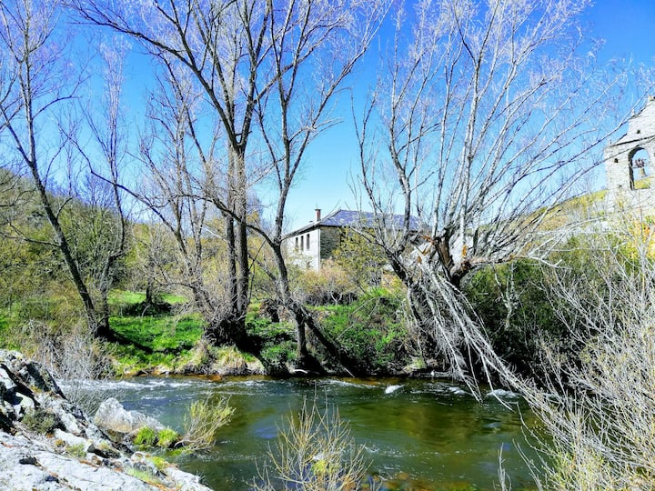 ¡Casa rural en medio del bosque y al lado del río!