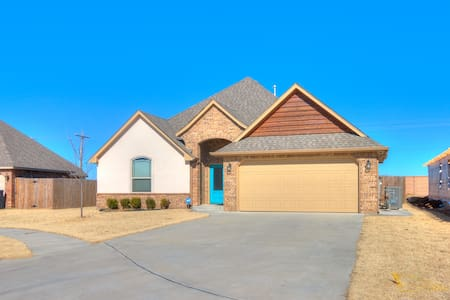 CLEAN Open Concept New Home CLOSE I35 & Earlywine