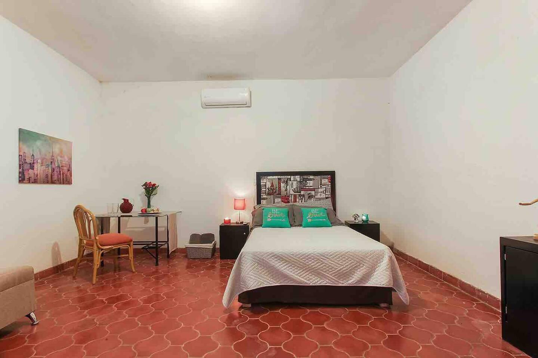 Amplía habitación, iluminada y con su respectivo escritorio para los que deseen trabajar desde casa Habitacion 1 Travels room
