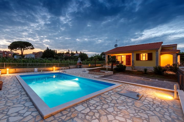 Villa Sol Avis in Kastelir with swimming pool - Kaštelir - Casa