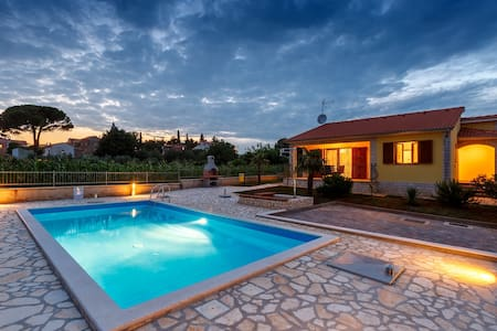 Villa Sol Avis in Kastelir with swimming pool - Kaštelir - 一軒家