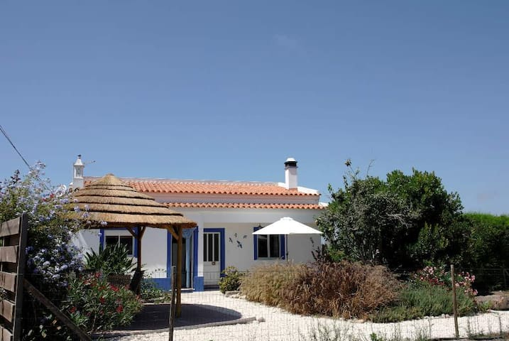 Country home with privacy, beach 3km