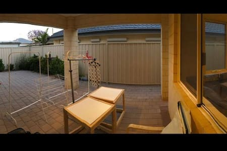 Budget night stay next to airport (Room 2) - Cloverdale - House - 2