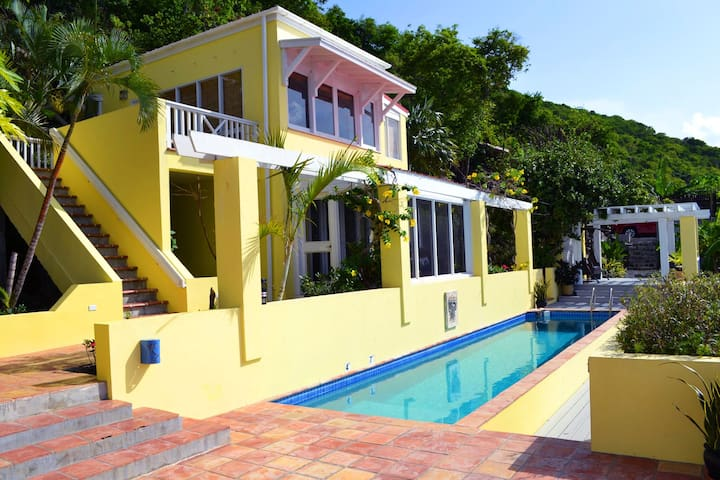 Bedroom block over the pool. We only rent to one family or group at a time whether you are 2 people or 8. Always total privacy, total relaxation , total paradise