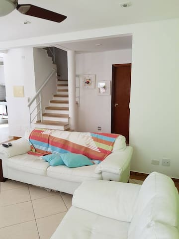 Sunny house with pool just 20m away from the beach - Guarujá - Huis