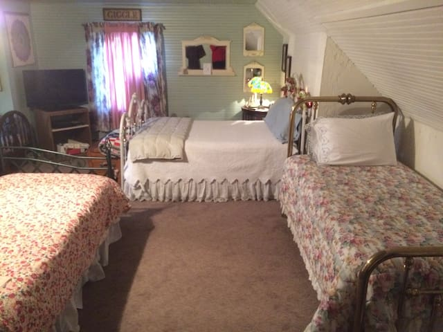 Girlfriend getaway  TUCK U INN at Glick Mansion