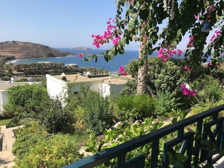 Gümüşlük'te Deniz Manzaralı Siteiçi Villa