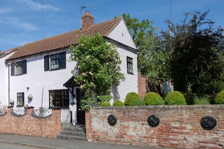 ROSEHIP COTTAGE Pretty Period home Bingham, Notts