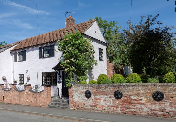 ROSEHIP COTTAGE Pretty Period home Bingham, Notts