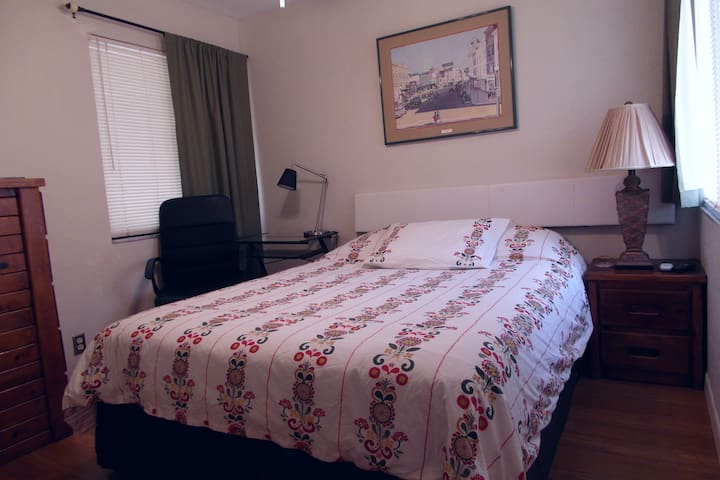Queen Room - Davie - Bed & Breakfast