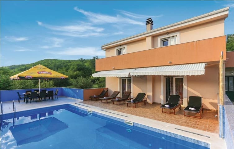 HOLIDAY HOUSE TOMIC