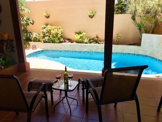 Beautiful home & private pool, 9 min walk to beach