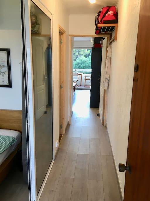 Hallway into the room. The room to the left is not included. The second door to the left is the shared  bathroom / Couloir jusqu'à la chambre. La chambre sur la gauche n'est pas inclus. La deuxième porte a gauche est la salle des bains partagé.