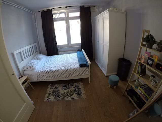 Nice room with garden,  10min from beach and centr