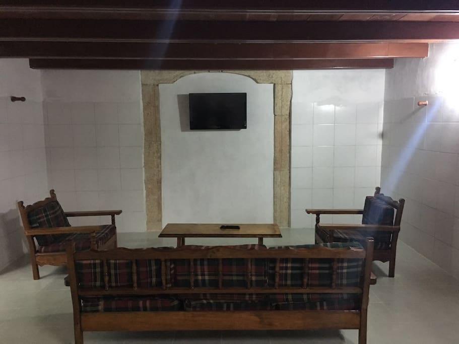 Sala con tv por cable debajo de la recamara