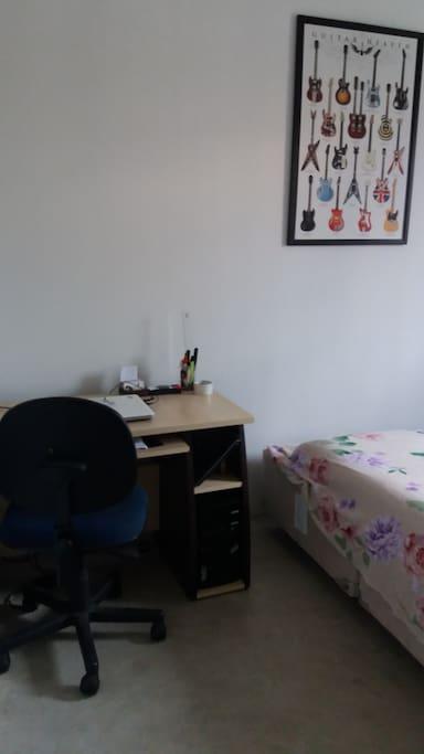 Tem mesa de trabalho, cadeira confortável e a cama de casal com colchão tipo futton (japonês)