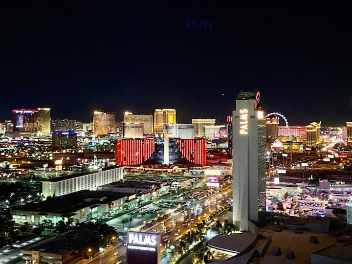 Strip View 33 FLR Balcony unit in center of Vegas