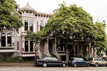 Warm Victorian Room by Alamo Square - San Francisco - House