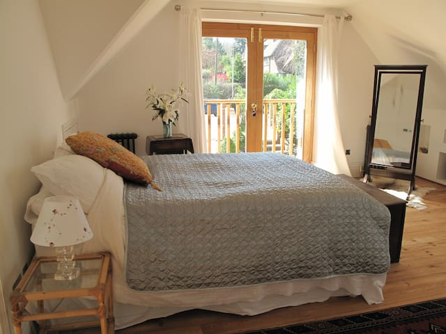Light dbl room with ensuite, close to the Pantiles