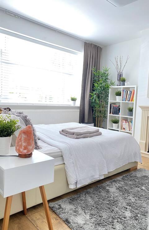 Gezellige tweepersoonsslaapkamer in een modern huis met tuin