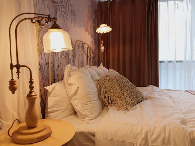 投宿-粉黛,落地窗,家庭影院,复古法式仙女风,不加床只有一张床,加床需另收50元