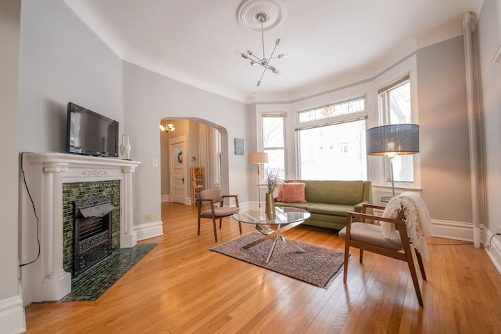 Cozy apartment, steps from downtown St. Paul