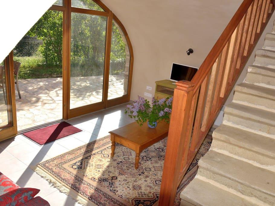 Salon avec baie vitrée donnant sur la terrasse