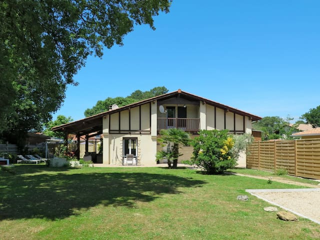 Tastefully furnished and cozy house with great garden area, just 300m from the city center