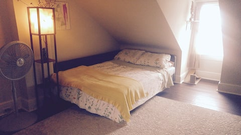 West Lancaster Stay: Attic Bedroom (Close to F&M)