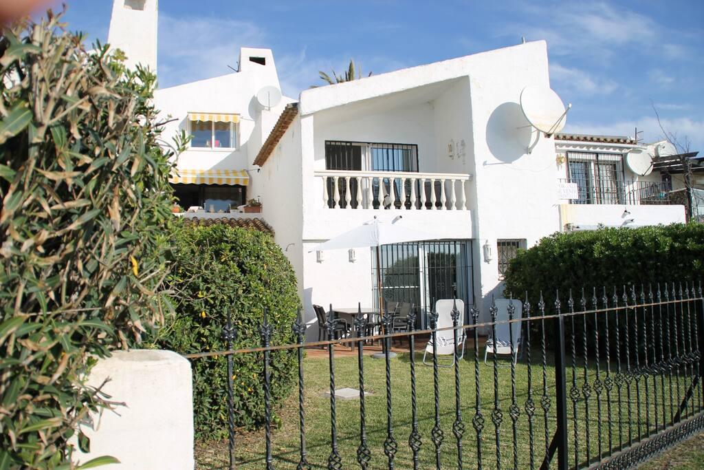 Husets front mod havet, hvor der er en lille have foran