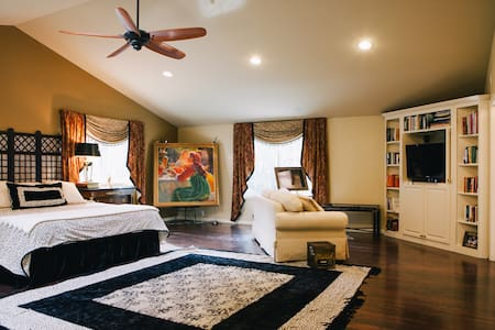 Luxurious Master suite with ensuite bath, king bed - Minnetonka