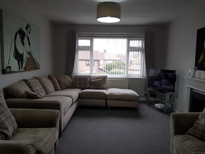 Clean and tidy 2 bed flat. Short walk to village.