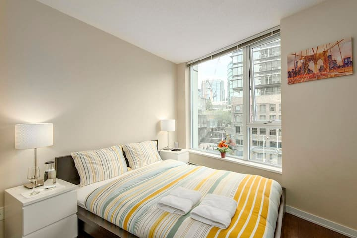 Charming Bedroom in downtown with View Gym Pool