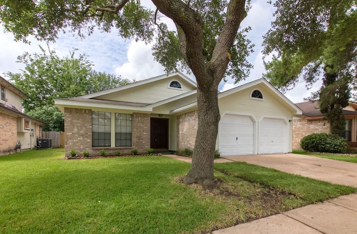 Spacious home, and Great Location!🌟