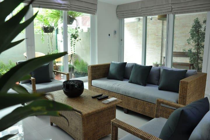 Hot spot in Bangkok, cozy house! Family Friendly!