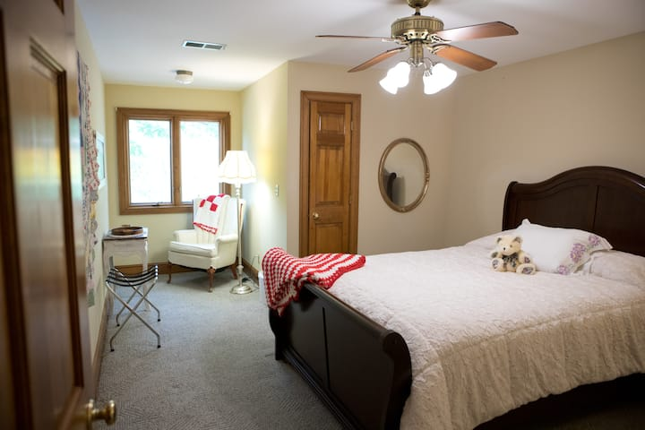 "The Manor at Becks Lake-""Simply Vintage"" Room"